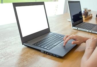 Close-up de la femme d'Asie travaillant sur un ordinateur portable tout en étant assis au café