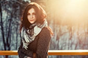 Close-up de la femme prête pour la neige