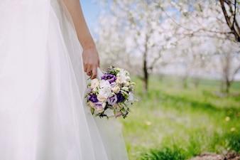 Close-up de la main tenant un beau bouquet