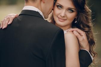 Close-up de la mariée avec des yeux bleus