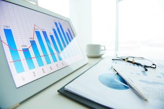 Close-up de la plume sur le rapport financier avec fenêtre fond