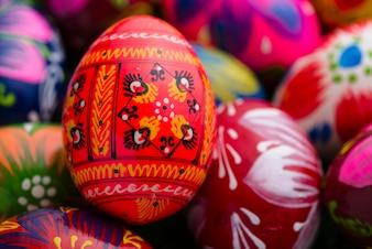 Close-up des oeufs de Pâques avec fond flou