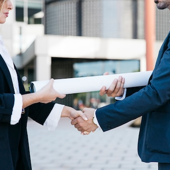 Close-up vue d'homme d'affaires et femme d'affaires se serrant la main
