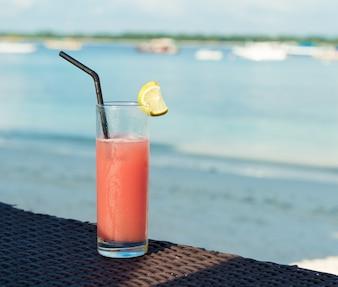Cocktail de fruits sur la plage