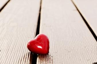 Coeur sur des planches de bois