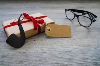 Composition avec cadeau, lunettes et pipe pour le jour du père