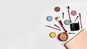 Composition cosmétique créative avec espace à gauche