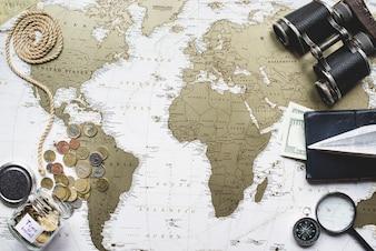 Composition d'aventure avec collection d'articles de voyage