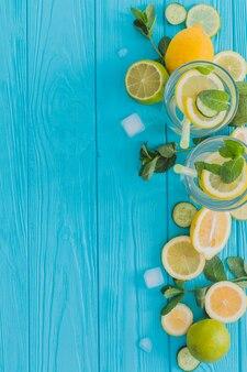 Composition d'été avec des boissons et des ingrédients frais