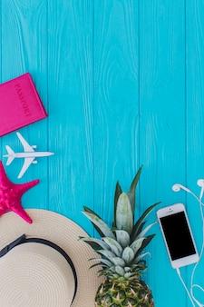 Composition d'été avec objets décoratifs et ananas