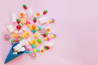 Composition de bonbons et cône de gaufre