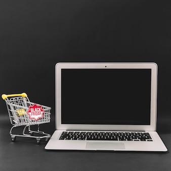 Composition de réduction vendredi noir avec ordinateur portable
