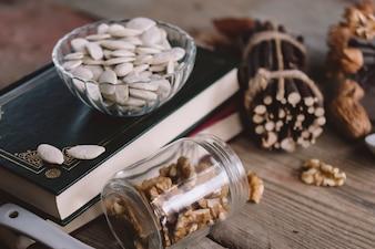 Composition des noix avec des livres