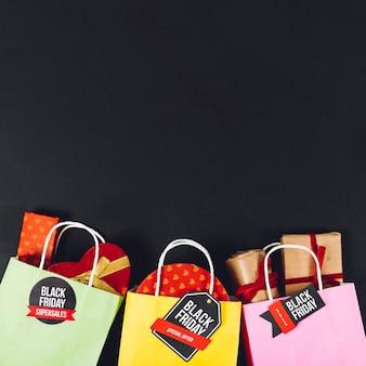 Composition des ventes en noir vendredi avec sacs et espace
