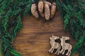 Composition pour Noël avec des pommes de pin et des rennes