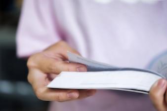 Concept d'éducation. Fille lisant un livre dans la bibliothèque de l'école.