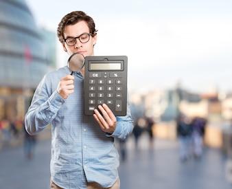 Concept d'un jeune homme heureux calculant des économies