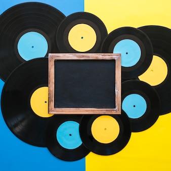 Concept de musique rétro avec des vinyles d'ardoise