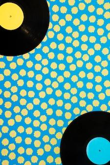 Concept de musique vintage avec des vinyle sur fond pointillé