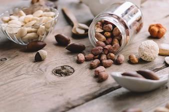 Concept de noix sur la surface en bois