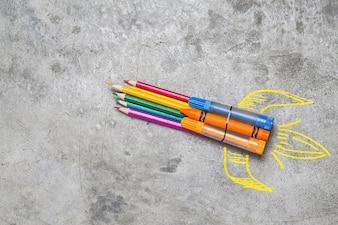 Concept de retour à l'école. fusée en crayons, crayons et craies