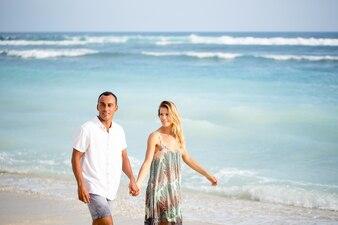Content Couple Marcher sur la plage en vacances