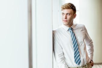 Contenu, Business, Homme, Homme, Regarder à travers la fenêtre