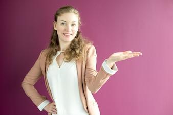 Contenu jeune femme d'affaires regardant la main