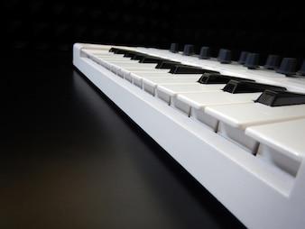Contrôleur de musique au premier plan, Instrument de musique électronique ou mixeur audio ou égaliseur sonore (synthétiseur analogique modulaire)
