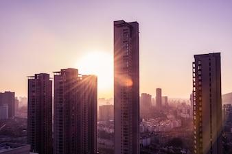 Coucher de soleil dans une grande ville