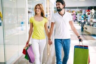 Couple à la recherche de bonnes affaires plus