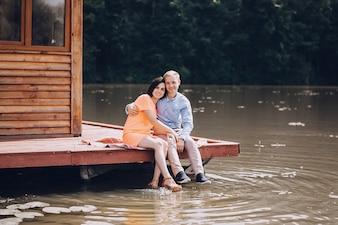 Couple amoureux jouissant de la nature