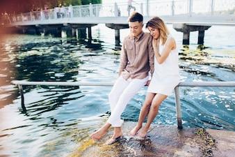 Couple assis sur la jetée