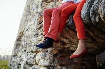 Couple assis sur un rocher