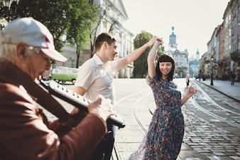 Couple dansant dans la rue