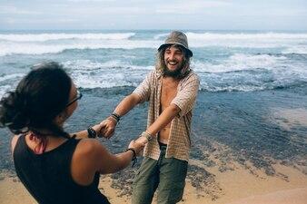 Couple s'amuser à l'océan