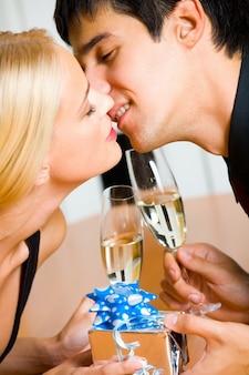 Couple tenant des lunettes de champagne