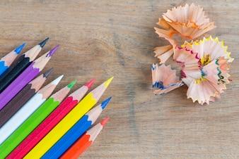 Crayon de couleur et copeaux
