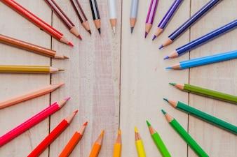 Crayons disposés en cercle