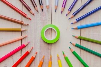 Crayons disposés et ruban adhésif