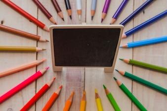 Crayons et petit tableau