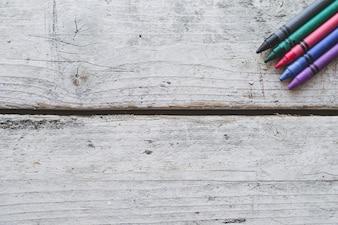 Crayons sur la surface en bois