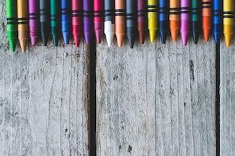 Crayons sur la texture en bois