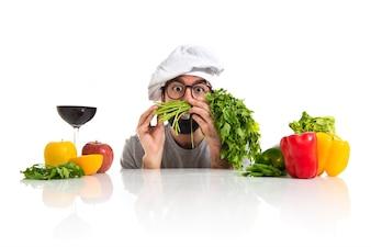Crazy hipster chef jouant avec des légumes
