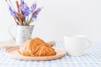 Croissant au beurre sur table