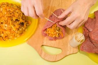 Cuisinier la couture du bœuf farci par des cure-dents