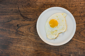 Cuisson des œufs frits frits à la cuisine