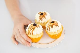 Cupcakes décorés sur une petite assiette