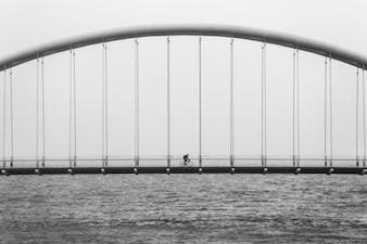 Cycliste traversant le pont