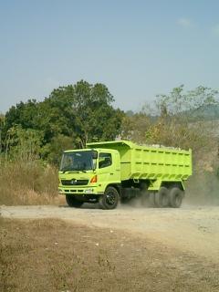 De camions Hino, la terre